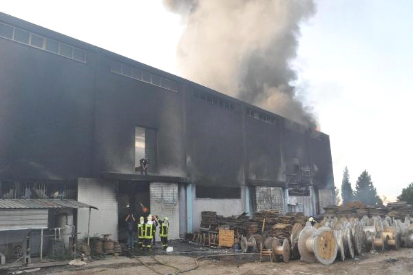 Nakliye Deposundaki Yangın, 7 Saatte Söndürüldü