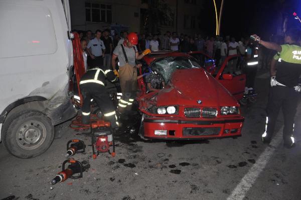 Otomobil, Park Halindeki Minibüse Çarptı: 1 Ölü, 2 Yaralı