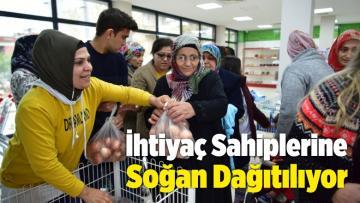 İzmir'de İhtiyaç Sahibi Ailelere Soğan Dağıtılıyor