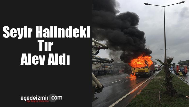 İzmir'in Menemen İlçesinde Seyir Halindeki Tır Alev Aldı