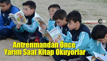 Küçük Futbolcular Antrenmandan Önce Yarım Saat Kitap Okuyorlar