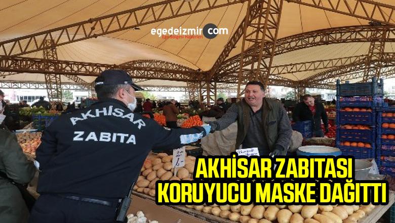 Akhisar'da zabıta ekipleri cuma pazarında koruyucu maske dağıttı