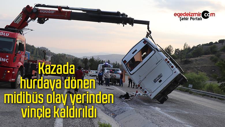 Kazada hurdaya dönen midibüs olay yerinden vinçle kaldırıldı